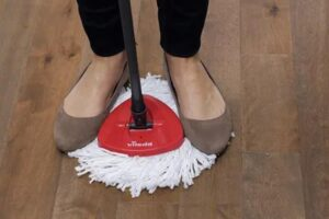 how to remove the mop head from an o cedar mop